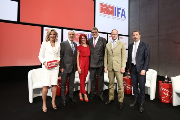 IFA 2016 - IFA Eröffnungspressekonferenz – Melinda Crane, Moderatorin, Hans-Joachim Kamp, Vorsitzender des Aufsichtsrats der gfu; Miss IFA; Dr. Reinhard Zinkann, Vorsitzender des ZVEI; Dr. Christian Göke, Vorsitzender der Geschäftsführung, Messe Berlin GmbH, Jens Heithecker, Executive Director, IFA (v.l.n.r.) IFA 2016 - IFA Opening Press Conference – Melinda Crane, Moderator; Hans-Joachim Kamp, Chairman of the Supervisory Board of gfu; Miss IFA; Dr. Reinhard Zinkann, Chairman Household Appliances Divisions ZVEI; Dr. Christian Göke, CEO, Messe Berlin GmbH; Jens Heithecker, Executive Director, IFA (l.t.r.)